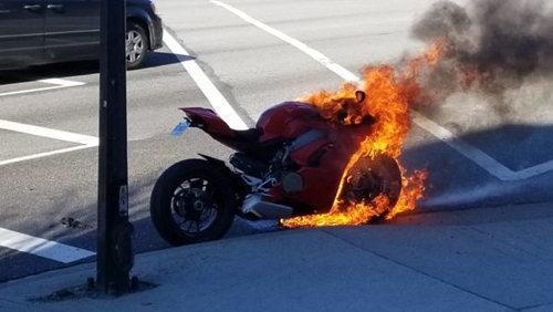 """Siêu xe Ducati Panigale V4 bị """"bà hỏa"""" viếng thăm - 1"""