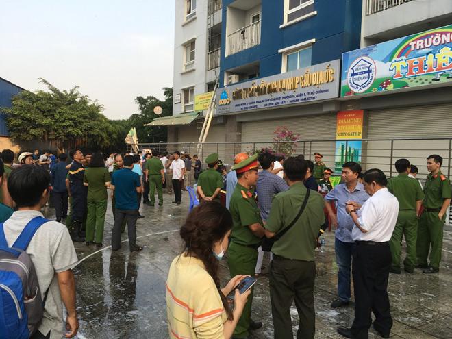 Cháy 13 người chết: Người dân nối vải, đu thang thoát khỏi biển lửa