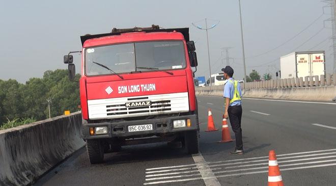 Tài xế chạy bộ 1km trên cao tốc nhờ người dập lửa xe bốc cháy