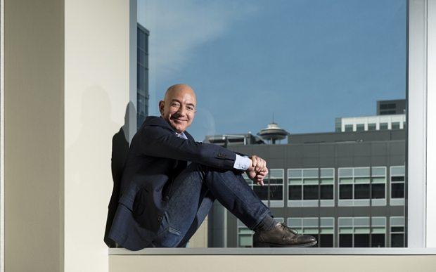 Thói quen kỳ lạ của Jeff Bezos: Lái xe cà tàng, bàn làm việc tái chế
