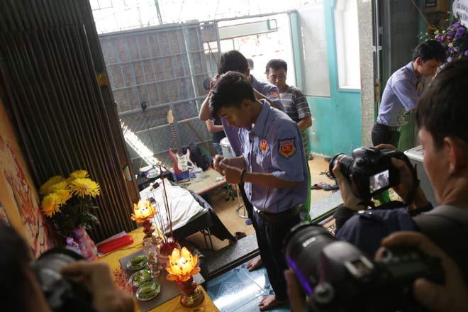 """Đám tang đẫm nước mắt của """"người hùng"""" cứu 40 người trong đám cháy chung cư Carina"""