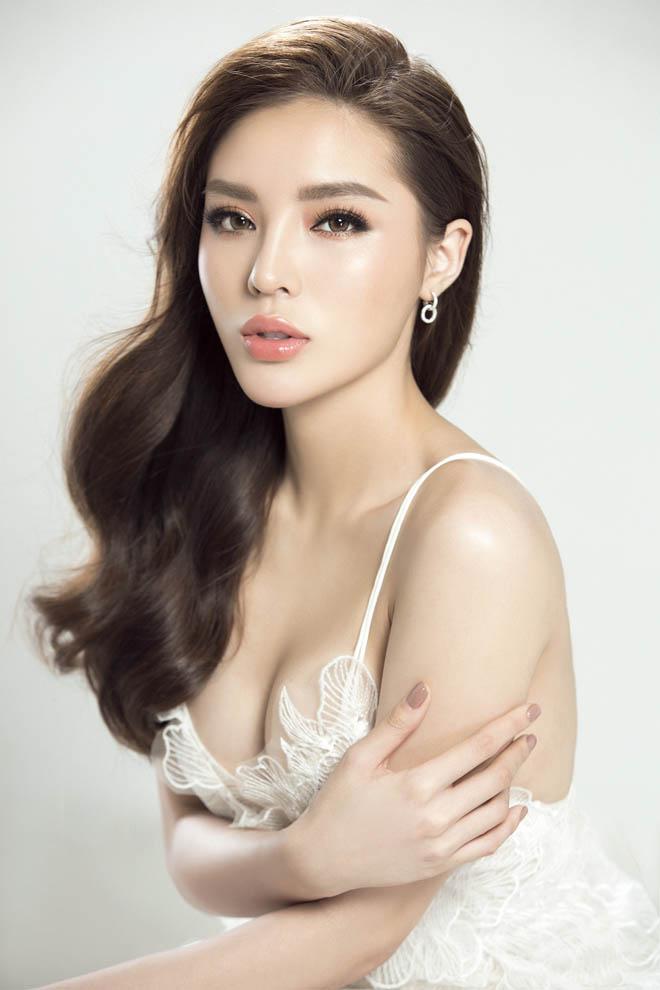 Ôm eo tình cũ Angela Phương Trinh trong quán bar, Kỳ Duyên xác nhận chỉ là bạn bè