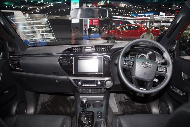 """Toyota Hilux """"facelift"""" Revo Rocco - Giá bán từ 380 triệu đồng - 6"""