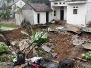 """Tin tức trong ngày - """"Hố tử thần"""" xuất hiện ở Hà Nội, nhiều hộ dân phải sơ tán"""