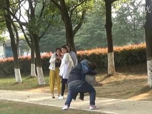 Thế giới - Video: Thấy cảnh bắt cóc trẻ em, người TQ nhìn và cười