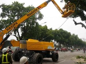 Tin tức Việt Nam - Cận cảnh xe nâng cao 32m cắt tỉa cây xanh ở Hà Nội