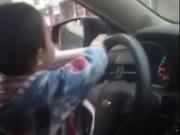 Video An ninh - Lạnh gáy clip mẹ khoe con trai lớp 3 lái ôtô trên đèo