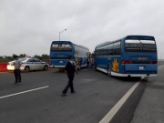 """Tin tức trong ngày - Tạm giữ 2 xe khách """"ăn vạ"""" trên cao tốc Hà Nội–Hải Phòng"""