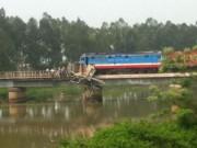 Tin tức trong ngày - Tàu hỏa mắc kẹt trên cầu, đường sắt Bắc-Nam ách tắc