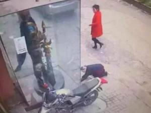 Thế giới - TQ: Bà lão quỳ lạy tượng game online vì tưởng Quan Công