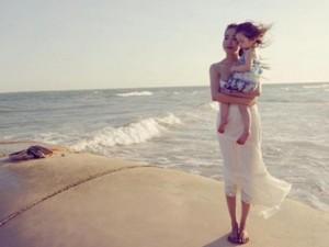 Phim - Mẹ con Elly Trần đẹp như thiên thần trên bãi biển