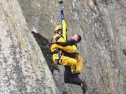 Phi thường - kỳ quặc - Chàng trai mắc kẹt giữa vách núi dựng đứng vì… cầu hôn