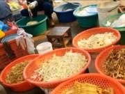 """Thị trường - Tiêu dùng - Măng """"tắm"""" vàng ô tràn ngập chợ Quảng Trị"""