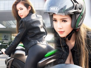 Thời trang - Elly Trần chịu nắng gắt chụp ảnh gợi cảm bên mô tô