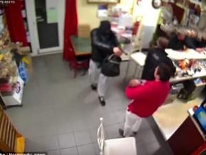 """Thế giới - Video: Mẹ bế con đánh cướp có súng chạy """"mất dép"""""""