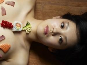 """Thời trang - Mẫu nude trên bàn tiệc: Nghề """"ồn ào"""" nhất Nhật Bản"""