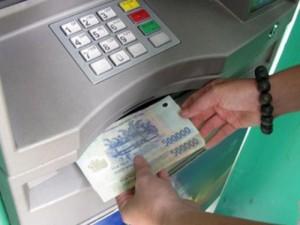 """Tin tức trong ngày - Ngơ ngác vì tiền tiết kiệm trong thẻ ATM tự """"bốc hơi"""""""
