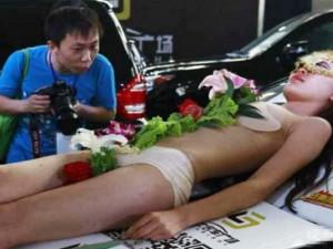 Thời trang - Biến tướng dung tục của nghề mẫu nude trên bàn tiệc