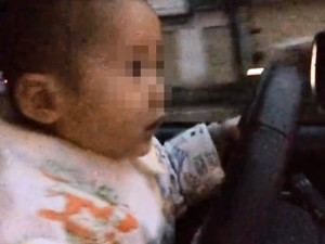 Tin tức trong ngày - Giật mình clip bé trai còn đeo yếm lái ô tô giữa phố