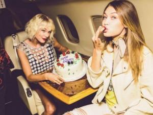 Thời trang - Gigi Hadid đón sinh nhật trên phi cơ của Taylor Swift