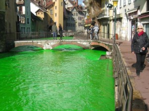 Thế giới - Người Pháp tự nhuộm hàng loạt sông thành màu xanh lè