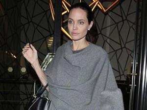 """Ngôi sao điện ảnh - Angelina Jolie lộ thân hình """"que củi"""" dù đã cố giấu"""