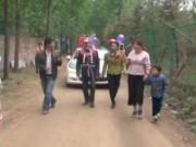 Bạn trẻ - Cuộc sống - Cha mẹ kéo xe hoa cho con trong ngày cưới gây phẫn nộ