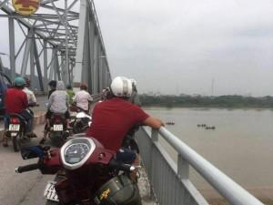 Tin tức trong ngày - Mẹ trẻ ôm con gái 4 tháng tuổi nhảy sông Lam tự tử