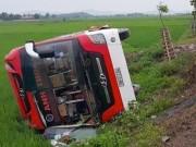 Tin tức trong ngày - Giây phút lật xe khách kinh hoàng tại Nghệ An