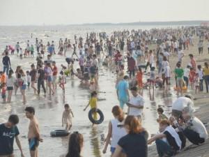 """Tin tức trong ngày - Quất Lâm biển gọi: Bãi tắm đông nghẹt, nhà nghỉ """"cháy phòng"""""""