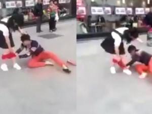 Bạn trẻ - Cuộc sống - Clip sốc: Thiếu nữ khốn đốn bị giằng nội y giữa đường