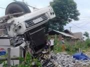Tin tức trong ngày - Xe tải lật úp khiến 3 người chết, 7 người bị thương