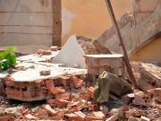 Tin tức trong ngày - Lốc xoáy bất ngờ, tường đổ sập lên 3 người