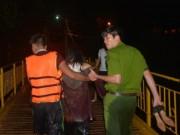Tin tức trong ngày - Cảnh sát giải cứu cô gái say rượu nhảy cầu tự tử