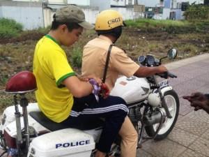 Tin tức trong ngày - CSGT Sài Gòn dùng xe đặc chủng chở học sinh đi viện