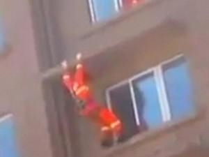 Thế giới - Lính cứu hỏa TQ đạp cô gái tự tử bay ngược vào phòng