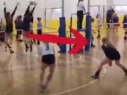 Thể thao - Bóng chuyền: Nữ VĐV dùng mặt ghi điểm cực đỉnh