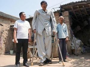 Phi thường - kỳ quặc - Chàng trai cao 2,4 m ở TQ vẫn tiếp tục phát triển