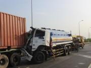 Video An ninh - Xe bồn húc đuôi container, phụ xe chết thảm