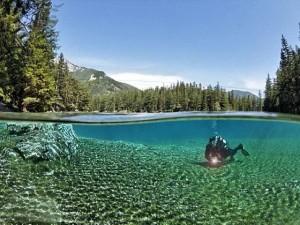 Du lịch - Áo: Hồ nước trong xanh đổi màu vì du khách tè bậy
