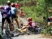 Thể thao - Xe đưa tang cán nát xe đạp vận động viên