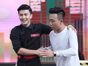 """Phim - Huỳnh Anh bất ngờ ôm trai đẹp khiến bạn gái """"hoang mang"""""""