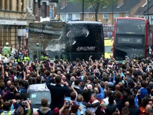 """Ô tô - Xe máy - Soi xe bus giúp MU thoát """"cơn điên"""" của CĐV West Ham"""