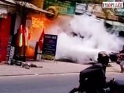 """Tin tức trong ngày - Clip: Giây phút thanh niên """"ngáo đá"""" đốt cửa hàng gas"""