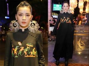 Thời trang - Chi Pu đeo trang sức cồng kềnh đi xem thời trang