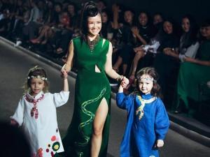 Thời trang - Diva Hồng Nhung lần đầu cùng 2 con gái diễn thời trang