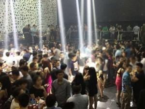 """An ninh Xã hội - Gần 100 đối tượng """"bay đêm"""" tại quán bar bị đưa về trụ sở CA"""