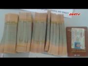 """Video An ninh - Bắt 2.100 tờ tiền giả """"hạ cánh"""" xuống sân bay Nội Bài"""