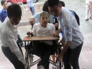 Giáo dục - du học - Cựu sinh viên liệt 2 chân đội mưa đi bỏ phiếu