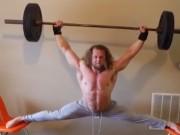 Thể thao - Siêu lực sĩ vừa dạng chân hết cỡ vừa nâng tạ
